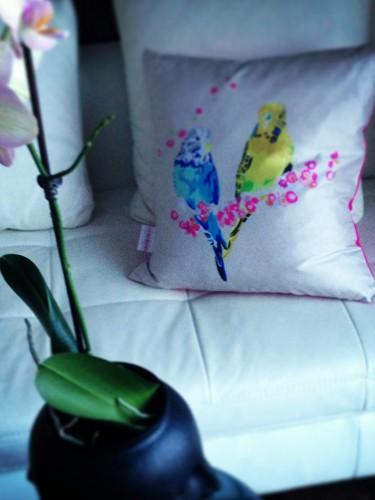 Elegancka poduszka do salonu – papużki faliste
