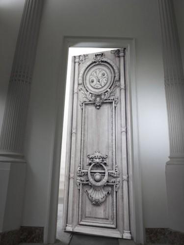 Aksamitna dekoracja drzwi - B&W Haussmann door