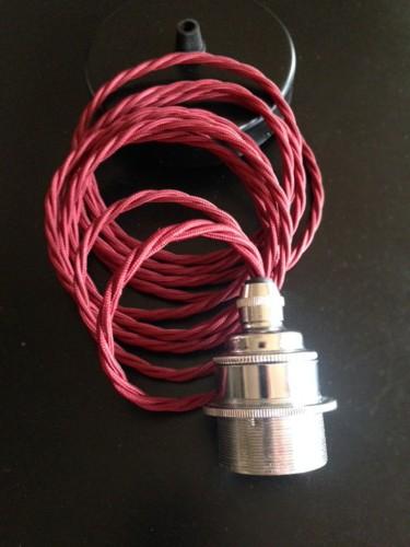 Oprawa do żarówki E27 na skręconym czerwonym kablu i czarną podsufitką