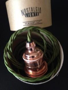 Miedziana oprawa do żarówki E27 na skręconym zielonym kablu i czarną podsufitką
