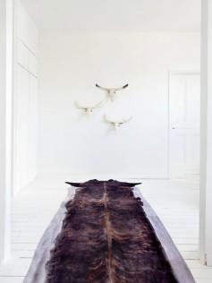 Długi dywanik imitujący skórę woła
