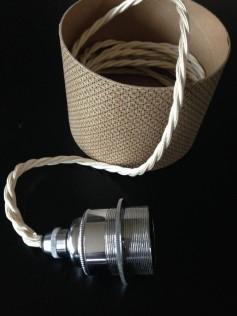 Srebrna oprawka do żarówki E27 na skręconym białym kablu i czarną podsufitką