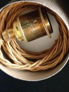 Oprawa żarówki E27 z mosiądzu na skręconym złotym kablu i czarną podsufitką